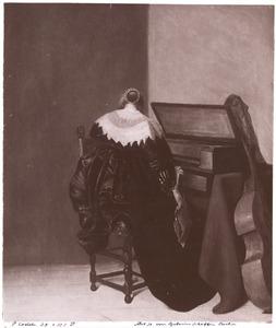 Vrouw aan een virginaal, op de rug gezien