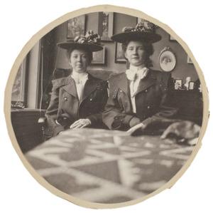Portret van twee vrouwen, mogelijk Catharina Mathilde Julienne Buyn (1855-...) en Gustavine Abrahamine Buyn (1857-...)