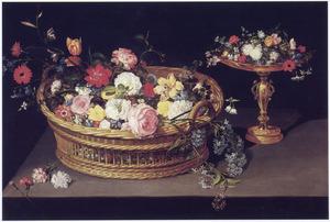 Bloemen in een mand en in een verguld-zilveren tazza