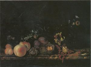 Stilleven met bloemen, vruchten en een vogelnestje