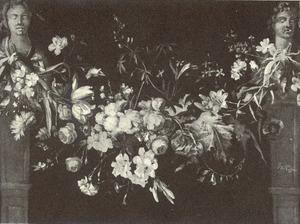 Guirlande van bloemen hangend tussen bustes, staand op sokkels