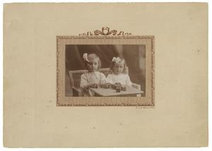 Portret van Maria Eugenie Camerling Helmolt (1911-1993) en Petronella Steffanie (Peter) Camerling Helmolt (1912-?)