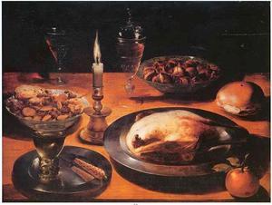 Stilleven met gebraden fazant, glaswerk, een kaars, een broodje en schalen met noten en zoetigheid.