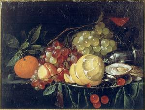 Stilleven met vruchten, enkele oesters, een omgevallen strooibus en een glas wijn