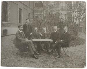 Portret van zes jonge artsen in de tuin van de Boerhaave Kliniek te Leiden