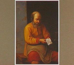 Een oude man die een brief leest