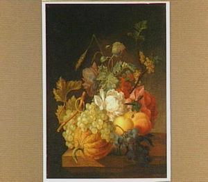 Stilleven van bloemen, een meloen, druiven en andere vruchten op een tafel