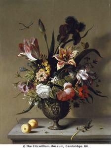 Bloemen in een vaas, met twee pruimen en een takje vergeet-mij-nietjes, op een stenen plint