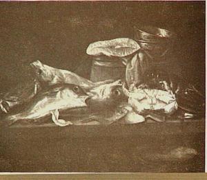 Visstilleven met kabeljauw, krab, kreeft en moot zalm op een tafel; op de achtergrond een houten emmer en een weegschaal