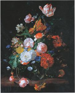 Rozen, tulpen en andere bloemen in een glazen vaas op een marmeren tafelblad