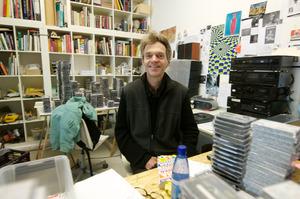 Portret van Job Koelewijn in zijn atelier