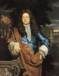Portret van een man, staande in een park met zijn rechterhand rustend op de bol van een balustrade, links in de achtergrond de 'Hercules Farnese'