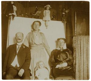 Portret van een man en twee vrouwen, waarschijnlijk Adrianus Cornelis Bondam (1859-1947), Cornelia Sara Tjarda van Starkenborgh Stachouwer (1860-1935) en Cornelia Sara Bondam (1887-1918)