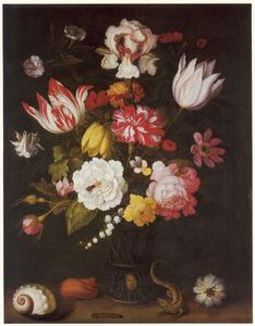Bloemen in een glazen beker op een stenen plint, met schelpen, een rups, hagedis en een bloem