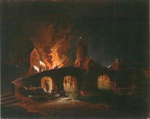 Nachtelijke brand aan de oever van een rivier