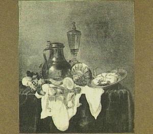Stilleven met kan, omgevallen tazza, glaswerk, vruchten en krab op donker kleed met wit servet
