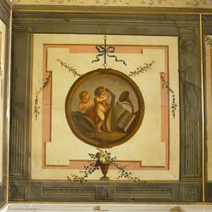 Trompe l'oeil met medaillon verwijzend muziek of het gehoor