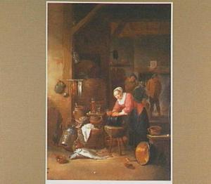 Keukenmeid schrobt een ketel met op de achtergrond drie mannen bij de haard