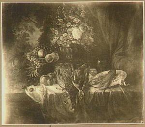 Stilleven op een tafel met bloemen, vruchten en gevogelte, links een hoofd van een man