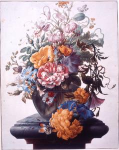 Bloemstilleven in een glazen vaas op een marmeren voetstuk