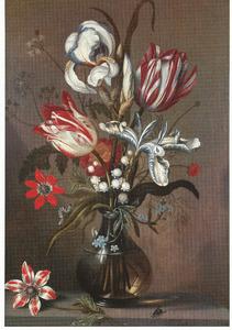 Bloemen in een glazen vaas, anemoon en vlieg op een stenen plint