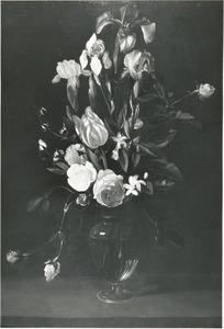 Bloemen in een vaas op een stenen plint