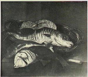 Aangesneden vis in mand op tafel