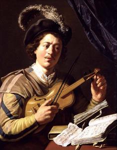 Een violist, die zijn instrument stemt