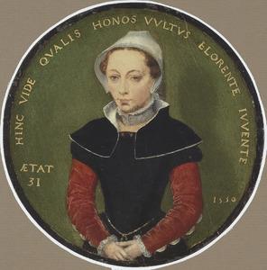 Portret van een eenendertigjarige vrouw ten halven lijve, in een zwarte jurk met rode mouwen