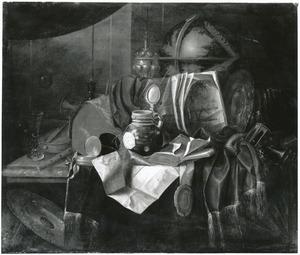 Vanitasstilleven met muziekinstrumenten, documenten en andere voorwerpen op een deels gedekte tafel