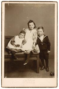 Portret van drie kinderen, waarschijnlijk Aileen Ethel Isabel Irwin Brown (1892-1980), Adriana Irwin Brown (1889-?) en Nathaniel William Norman Irwin brown (1890-?)