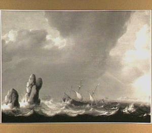 Schepen op ruwe zee voor een rotsachtige kust
