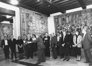Erik Duverger (1932-2004) geeft een rondleiding op de tentoonstelling 'Vlaamse wandtapijten uit de Wawelburcht te Krakau en uit andere Europese verzamelingen' in de Sint-Pieterabdij te Gent in 1987, in aanwezigheid van de heer Martens, eerste minister van België