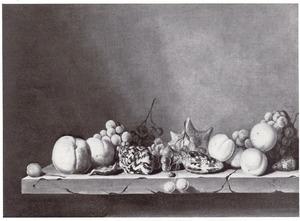 Stilleven van vruchten en schelpen op een stenen balustrade