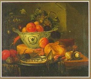 Stilleven met porseleinen schaal met vruchten, haring en uien