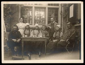 Jacques Snoeck en Lucie Snoeck-Broedelet met modellen (?) voor hun huis in Laren