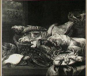 Visstilleven met kreeft, krab en andere vissen, op een tafel met kleed, manden en weegschaal; door het venster uitzicht op visverkopers op het strand