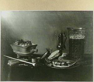 Stilleven met glas bier, haring, brood en rookgerei