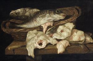 Stilleven met moten vis op tafel en een mand met schelvis