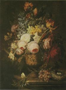 Bloemstilleven in een bronzen vaas, met druiventros en vogelnest op een marmeren tafel