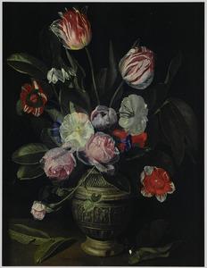 Boeket van tulpen, rozen en andere bloemen in een steengoed kan