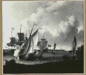Statenjacht lost een saluutschot in een haven