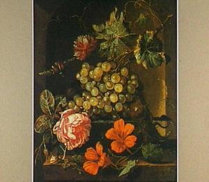 Stilleven met druiven en bloemen in een nis