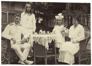 Familieportret van Isaac Harting (1880-1928), Maria Magdalena Collard (1878- ), Lily Harting en Corry Harting
