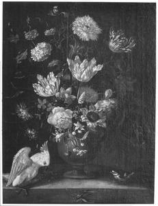 Bloemen in een vaas, met een kaketoe en een koolmees, in een nis
