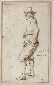 Staande jongeman met hoed, naar links gewend
