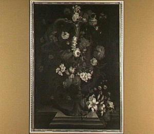 Bloemen rond een vaas met een slangvormig handvat