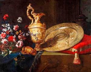 Stilleven met siervaatwerk en een mand met bloemen
