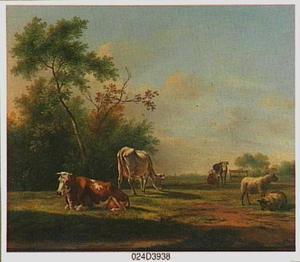 Weidelandschap met vee en een vrouw die een koe melkt