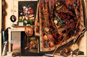 Trompe-l'oeil met schilderijen, schildersattributen en gebloemd tafellaken in het atelier van de kunstenaar